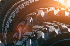 O pneu preto moderno novo do caminhão roda dentro a luz solar foto de stock