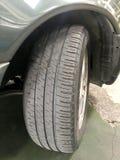O pneumático de um carro que seja expirar logo fotografia de stock