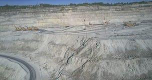 O poço do asbesto pisou terraços com máquinas escavadoras de funcionamento video estoque