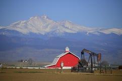 O poço vermelho de Jack Oil da bomba do celeiro e Longs pico Imagem de Stock Royalty Free