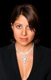 O poço vestiu-se, mulher consideravelmente espanhola com caixa e a colar de diamante desencapadas fotos de stock royalty free