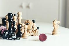 O po?o velho usou as partes de xadrez de madeira, conceito retro da lideran?a no fundo branco fotografia de stock royalty free