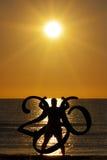 O poder de Sun do mar do homem da silhueta Muscles 2016 anos novos Fotografia de Stock Royalty Free