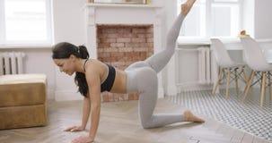 O poder praticando da mulher exercita em casa video estoque