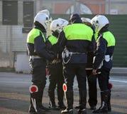 O polícia com motociclista veste-se ao controlar o tráfego de cidade fotografia de stock royalty free