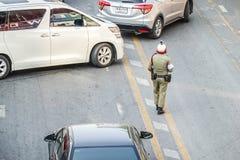 O polícia está na rua no centro da cidade é tráfego de direção o 3 de novembro de 2018 em Banguecoque, Tailândia imagens de stock royalty free
