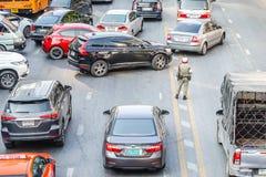 O polícia está na rua no centro da cidade é tráfego de direção o 3 de novembro de 2018 em Banguecoque, Tailândia imagens de stock