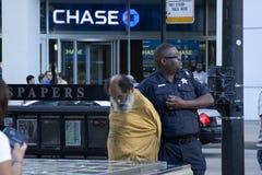 O polícia prendeu um homem desabrigado Foto de Stock