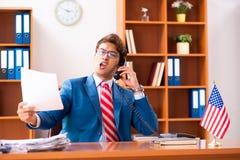 O político considerável novo que senta-se no escritório imagens de stock