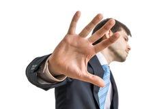 O político está mostrando a mão Nenhum gesto do comentário Isolado no fundo branco imagens de stock