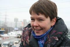 O político Evgeniya Chirikova mostra a repórteres a estrada alternativa que contorneia a floresta de Khimki Imagens de Stock