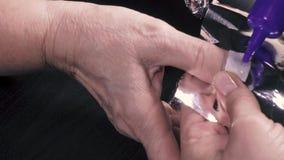 O polegar do assistente é envolvido na folha video estoque