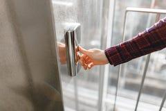 O polegar pressiona o botão do elevador, uma mão que alcança para o botão, o elevador de espera da menina, começo da tecla Imagem de Stock Royalty Free