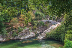 O Pont du Diable ou a ponte do diabo são uma ponte romana que meça o rio Ardeche fotos de stock royalty free