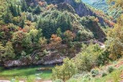 O Pont du Diable ou a ponte do diabo são uma ponte romana que meça o rio Ardeche imagem de stock