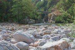 O Pont du Diable ou a ponte do diabo são uma ponte romana que meça o rio Ardeche fotografia de stock