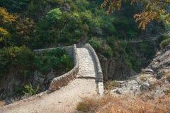 O Pont du Diable ou a ponte do diabo são uma ponte romana que meça o rio Ardeche fotografia de stock royalty free