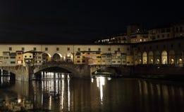 O Ponte Vecchio na noite em Florença, Itália Imagens de Stock Royalty Free