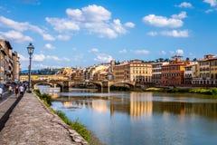 O Ponte Vecchio sobre o rio de Arno em Florença, Toscânia, Itália fotos de stock royalty free
