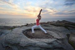 O ponto baixo do estiramento da aptidão de Pilates da ioga investe contra imagem de stock