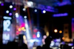 O ponto borrado da fase ilumina-se com fumo no concerto de rocha da noite imagens de stock royalty free