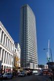 O ponto central é um prédio de escritórios concreto e de vidro substancial em Londres central, Inglaterra, Reino Unido Fotos de Stock