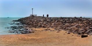 O ponto de vista da praia karaikal com maneira de pedra foto de stock