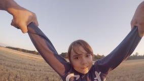 O ponto de vista disparou de um pai que gira sua filha nova Giro no trigo video estoque