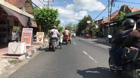 O ponto de vista disparou de um passeio através das ruas de Yogjakarta, Indonésia video estoque