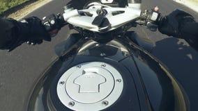 O ponto de vista de uma motocicleta Um homem monta esportes bike na estrada filme