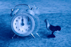 O ponto do despertador no 12:00 descola Fotografia de Stock