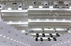 O ponto ilumina-se perto do teto da fase do teatro fotografia de stock royalty free