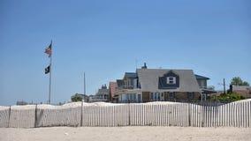 O ponto ventoso dirige a praia privada do oceanfront das rainhas New York fotos de stock royalty free