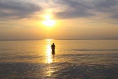 O por do sol abraça o homem Imagem de Stock