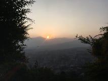 O por do sol acima de Kathmandu em Kathmandu Valley cercou por montanhas em Nepal Foto de Stock Royalty Free