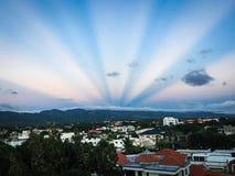 O por do sol atrás dos montains imagem de stock royalty free