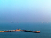 O por do sol bonito do seascape com a linha do horizonte desaparece no th Fotos de Stock