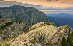 O por do sol bonito nas montanhas ajardina, montanhas de Bucegi, Carpathians, Roménia Fotografia de Stock