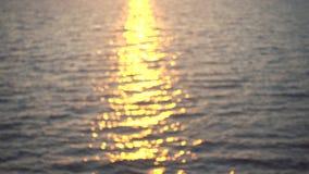 O por do sol bonito reflete na água do mar calma video estoque