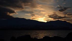 O por do sol bonito sobre a cordilheira nevado poderosa no círculo ártico com céu azul e calma acena vídeos de arquivo