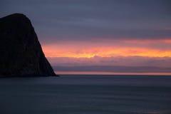 O por do sol cai sobre ilhas de Unstad - de Lofoten Fotografia de Stock Royalty Free