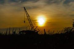 O por do sol com o céu no darklight sobre hoje imagens de stock
