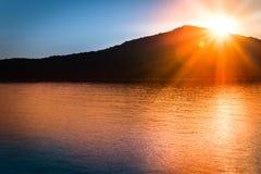 O por do sol com sol irradia cintilar no mar Mediterrâneo imagens de stock royalty free