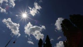 O por do sol com sol irradia o branco video estoque