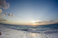 O por do sol da ilha de Lefkada pelas nuvens de ondas do mar ajardina imagem de stock