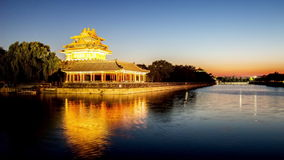 O por do sol da torreta da Cidade Proibida no Pequim video estoque