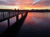 O por do sol das Ilhas Canárias em Lanzarote abandonou o barco fotografia de stock