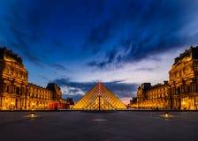 O por do sol do museu do Louvre imagem de stock royalty free