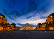 O por do sol do museu do Louvre fotos de stock royalty free