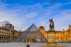O por do sol do museu do Louvre fotografia de stock royalty free